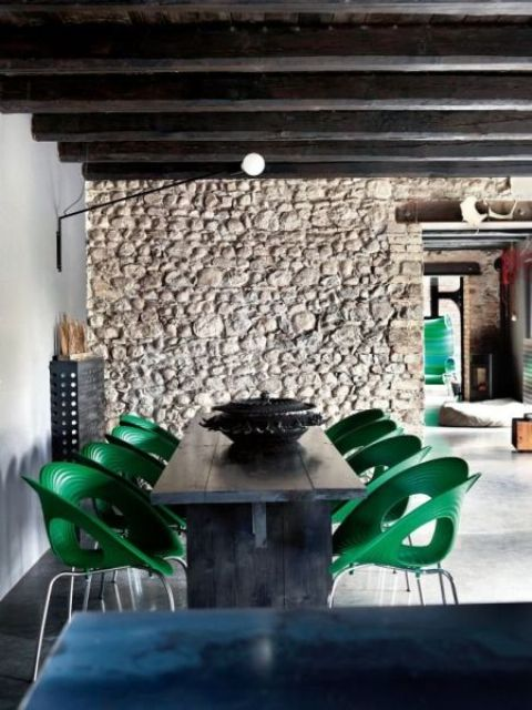 emerald chairs with an eye-catchy shape contrast with a dark stained table