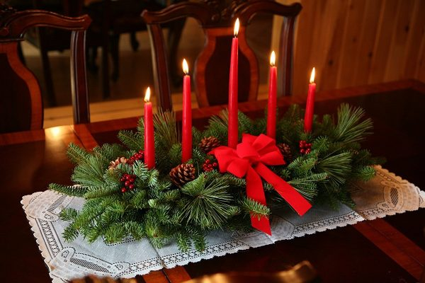 five-red-candles-table-christmas-garland-600x400