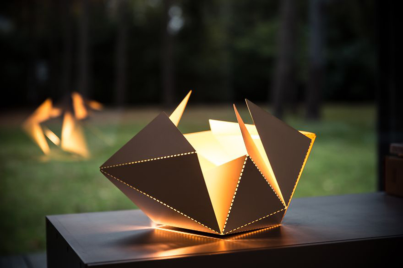 Origami-Inspired-Folding-Lamp-By-Thomas-Hick-designrulz-7